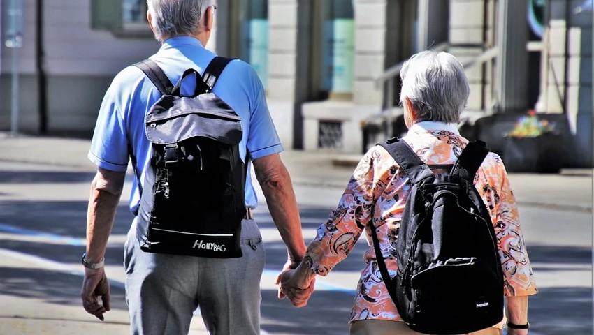 Пожилая пара туристов