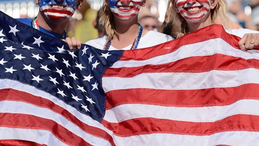 Люди держат Американский флаг